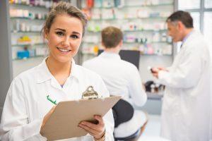 Pharmacien avec checklist des consommables